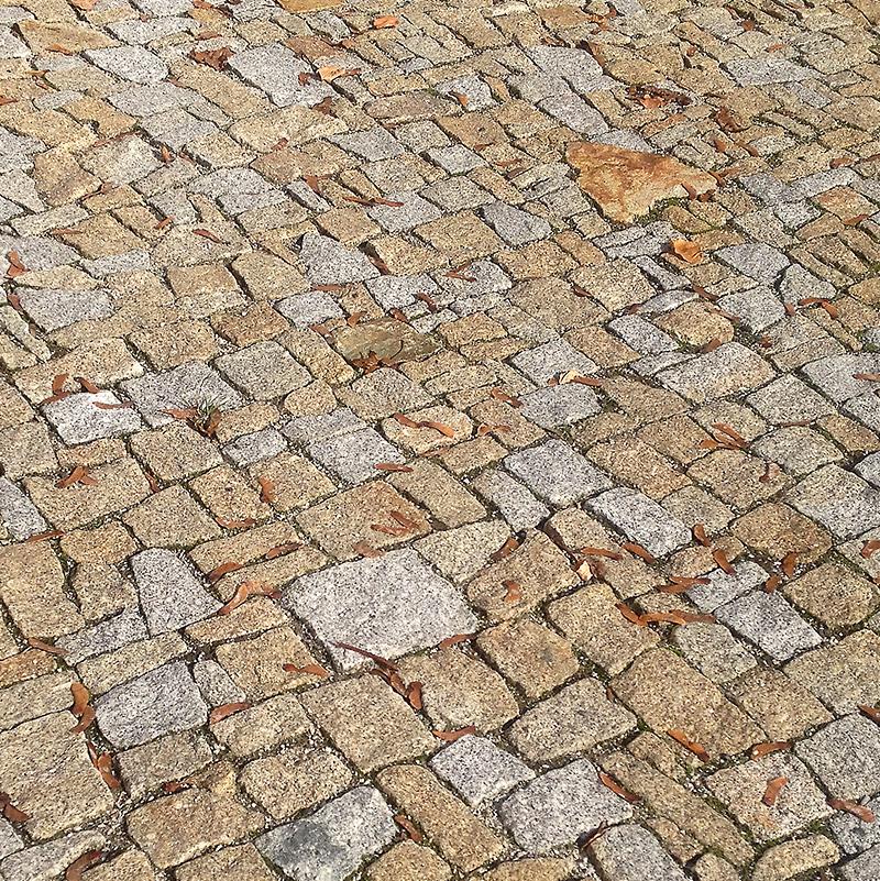 Detail kamenné dlažby z odseků