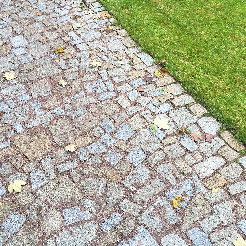 Volné navázání kamenné dlažby a trávníku