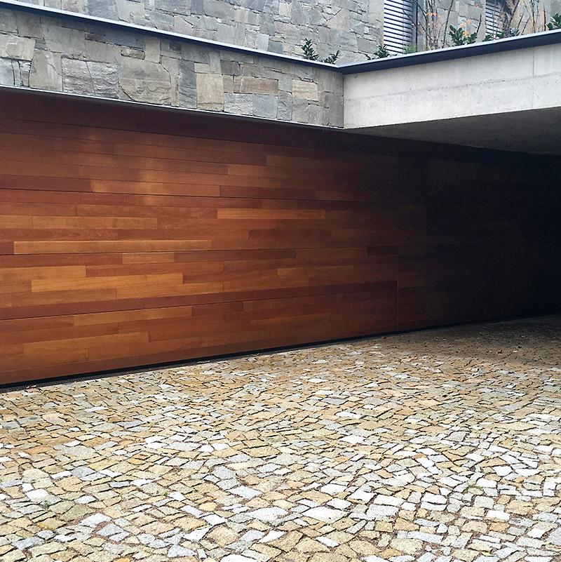 Kamenná dlažba a cedrové dřevo