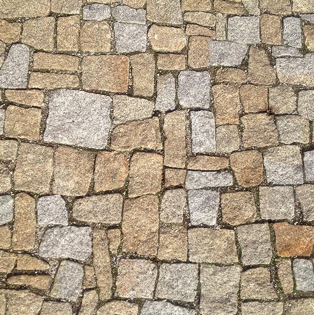 Detail kamenné pojezdové dlažby