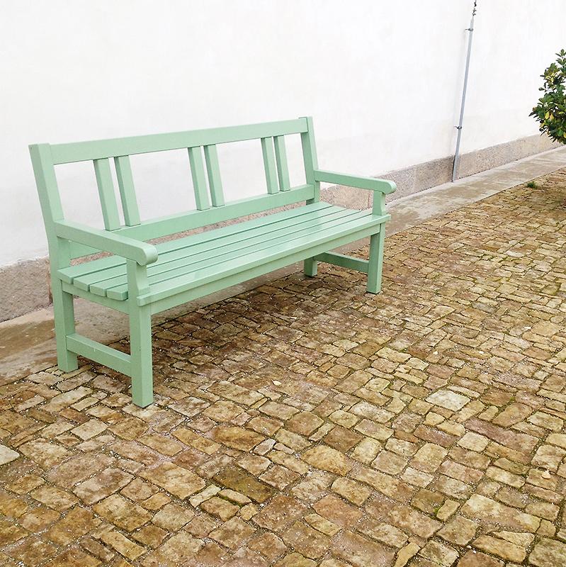 Kamenná dlažba s dřevěnou lavičkou