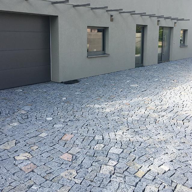 Moderní dům s kamennou dlažbou
