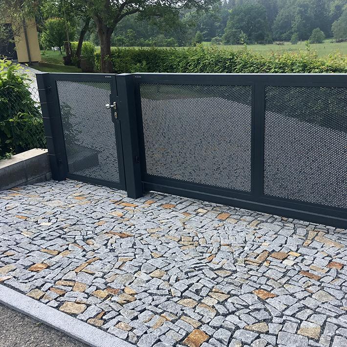 Kovaná brána a žulové odseky